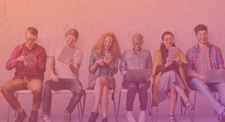 jeunes utilisant les médias sociaux