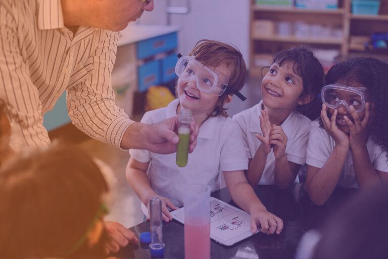 Enfants en classe de science